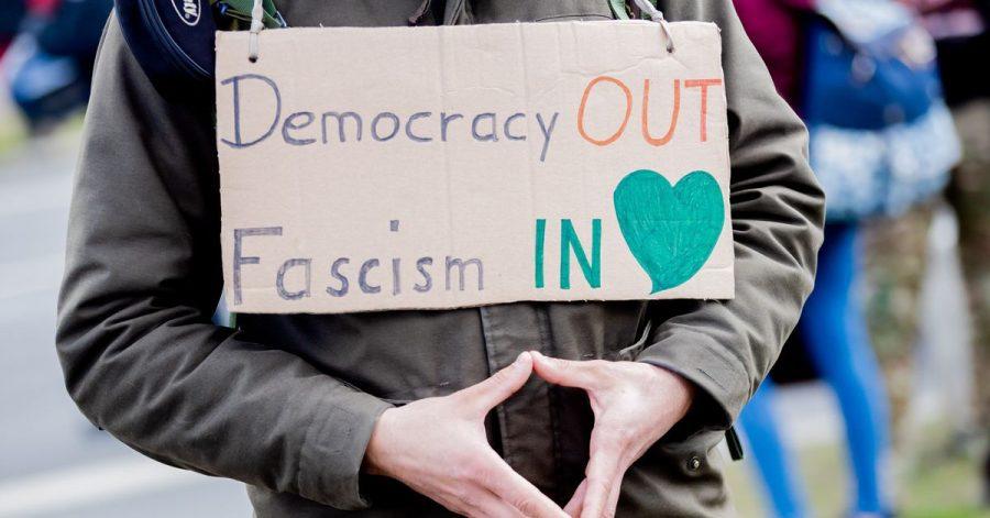 «Merkel-Raute» und Warnung vor Faschismus - auf einer Demonstration gegen die Corona-Maßnahmen.