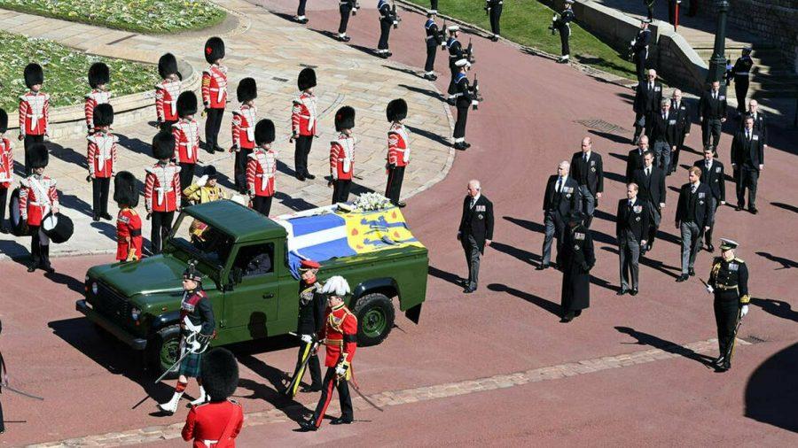 Prinz Philips Sarg wurde in einem eigens umgebauten Land Rover zur St.-Georgs-Kapelle gefahren. (wag/spot)