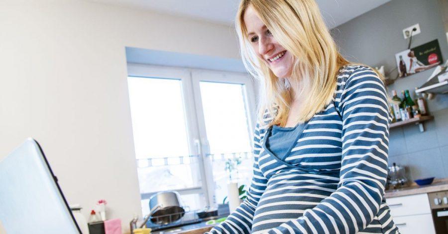 Weil pandemiebedingt viele Info-Events vor Ort ausfallen, müssen sich werdende Eltern über mögliche Geburtskliniken vor allem online schlaumachen.