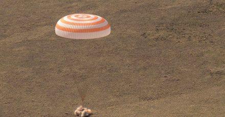 Die russische Raumkapsel Sojus MS-17 landet in einem abgelegenen Gebiet in Kasachstan.