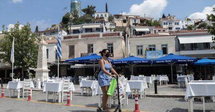 Trotz steigender Corona-Zahlen will die griechische Regierung Besuchern aus anderen EU-Ländern die Einreise erleichtern.