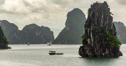 Die Halong-Bucht mit ihren Karstfelsen ist eine der Top-Sehenswürdigkeiten Vietnams - gleich nebenan liegt die Insel Cat Ba.