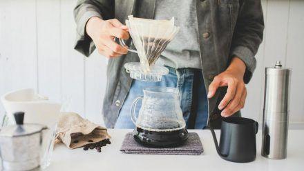 Zwei Lagen Küchenpapier können einen Kaffeefilter im Notfall ersetzen. (spot)