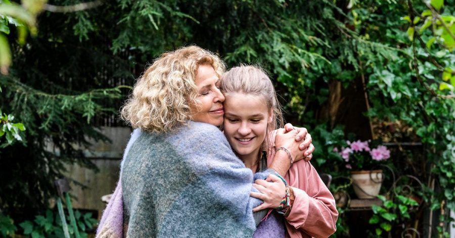 Luise (Michaela May) umarmt ihre Enkelin Mascha (Luisa Römer).