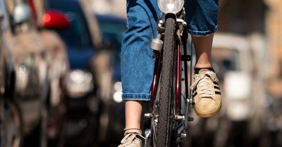Die Produktion für klassische Fahrräder ist gesunken. Nach jüngsten Angaben der Branchenverbände hatten im vergangenen Jahr vor allem teure E-Bikes den Absatz in die Höhe getrieben.