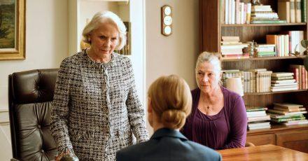 Elisabeth Klingler (l, Anne-Marie Fliegel) eröffnet ihrer Tochter Gesine (Jenny Schily, Mitte), dass ihre Gesellschafterin Elena Zelenko (r, Wieslawa Wesolowska) ihre Villa erben soll.
