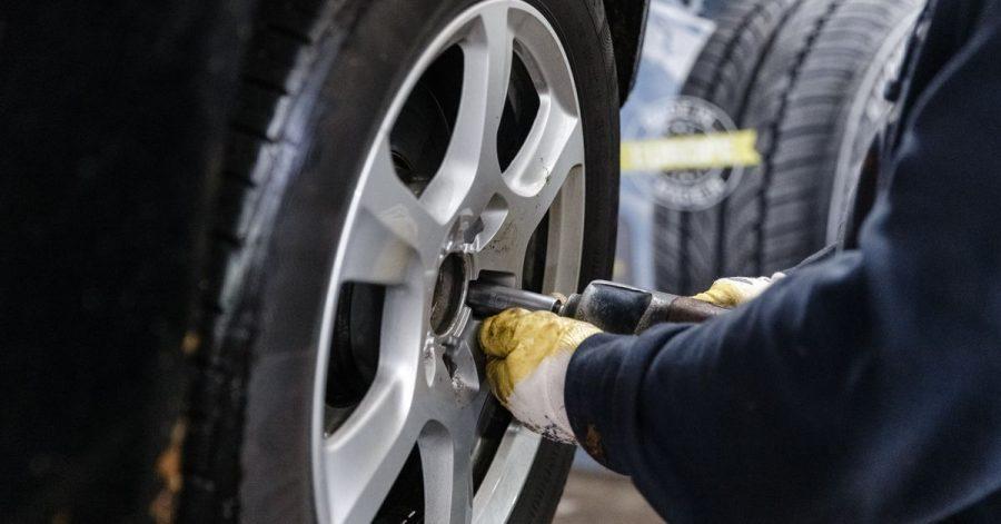 Ein Reifen hat nicht mehr genug Profil: Ein Mix verschiedner Reifen wäre erlaubt, aber Experten vom ADAC raten ausdrücklich davon ab.