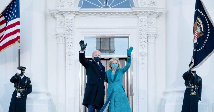 Joe Biden und Jill Biden am Nordeingang des Weißen Hauses. Bald begrüßen sie eine Kätzin in der Familie.