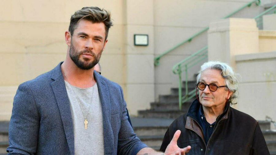 """Chris Hemsworth (l.) bei einer Pressekonferenz in Australien, an seiner Seite """"Mad Max""""-Regisseur George Miller. (stk/spot)"""