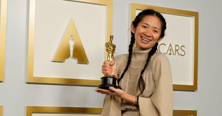 Chloé Zhao, Regisseurin, mit dem Oscar für den besten Film für «Nomadland».