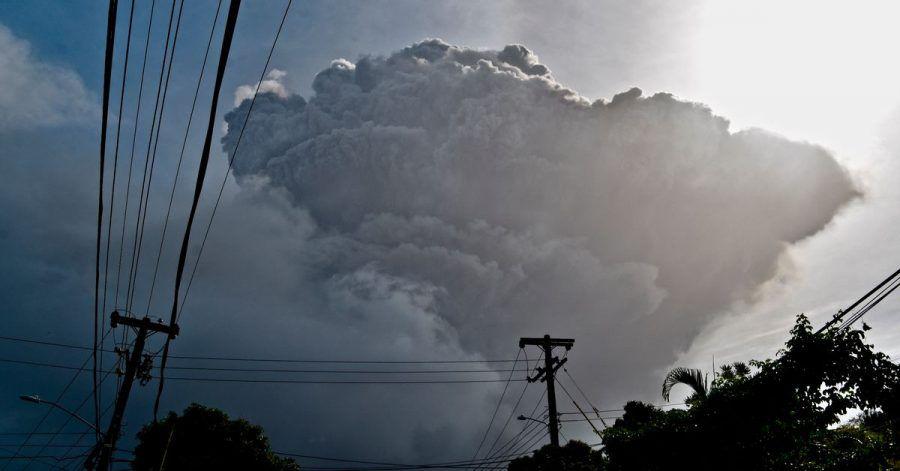 Eine Aschewolke steigt auf nachdem der Vulkan La Soufriere auf der östlichen Karibikinsel St. Vincent ausbricht.