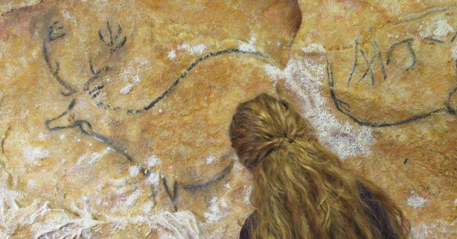 Eine Kunstgrafikerin vor der Nachbildung der Cosquer-Felsmalereien.