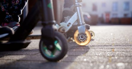 Schnell und wendig: Wichtig ist, dass Roller auf die Körpergröße von Kindern abgestimmt sind.