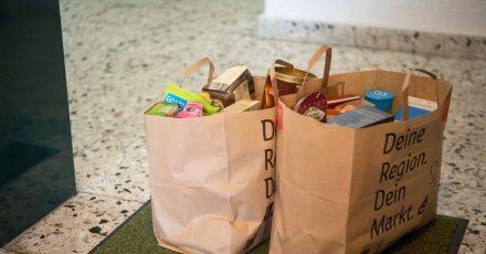Das mühselige Schleppen von Einkaufstüten kann man sich durch Lebensmittel-Bestellungen bei Lieferdiensten sparen. Doch das Prüfen des Zustands der Ware gibt man so ebenfalls aus der Hand.