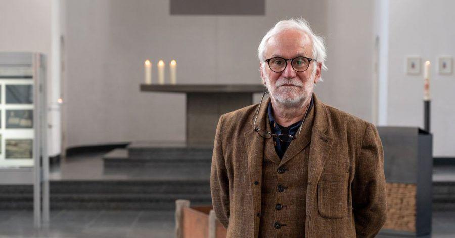 Eugen Blume, deutscher Kurator und Kunsthistoriker, steht in der Ausstellung Joseph Beuys «Der Erfinder der Elektrizität» in der St. Matthäus-Kirche.