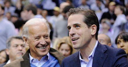 Joe Biden (l.), damals Vizepräsident der USA, und sein Sohn Hunter sehen sich im Januar 2010 ein Basketballspiel an.