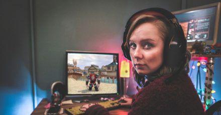 Meg (Alexa Davies) vor ihrem Avatar in der britischen Comedyserie «Dead Pixels».