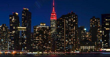 Das Empire State Building wird in Gedenken an die Hunderttausenden Corona-Toten in den USA rot beleuchtet.