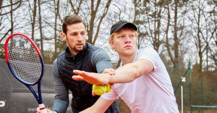 Bruno Alexander (r) trainiert für seine Rolle als junger Boris Becker.