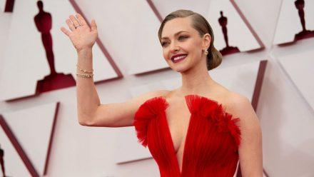 Oscars: Amanda Seyfried über ihren Armani-Look in schreiendem Rot