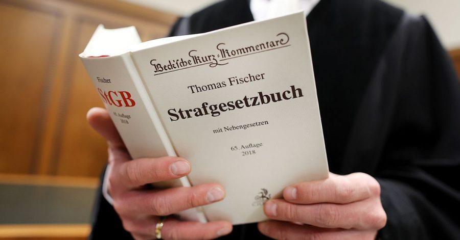In Hamburg müssen sich zwei Männer wegen gemeinschaftlichen versuchten Schwangerschaftsabbruchs in Tateinheit mit gefährlicher Körperverletzung vor Gericht verantworten. (Symbolbild)