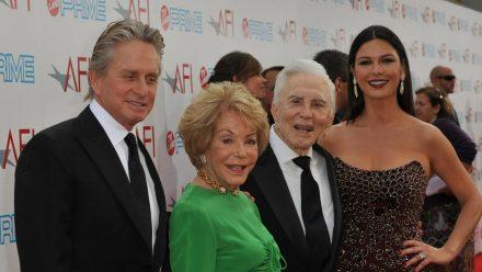 Michael Douglas und seine Ehefrau Catherine Zeta-Jones besuchten im Jahr 2009 zusammen mit Kirk und Anne Douglas (in Grün) eine Gala in Los Angeles. (ili/spot)