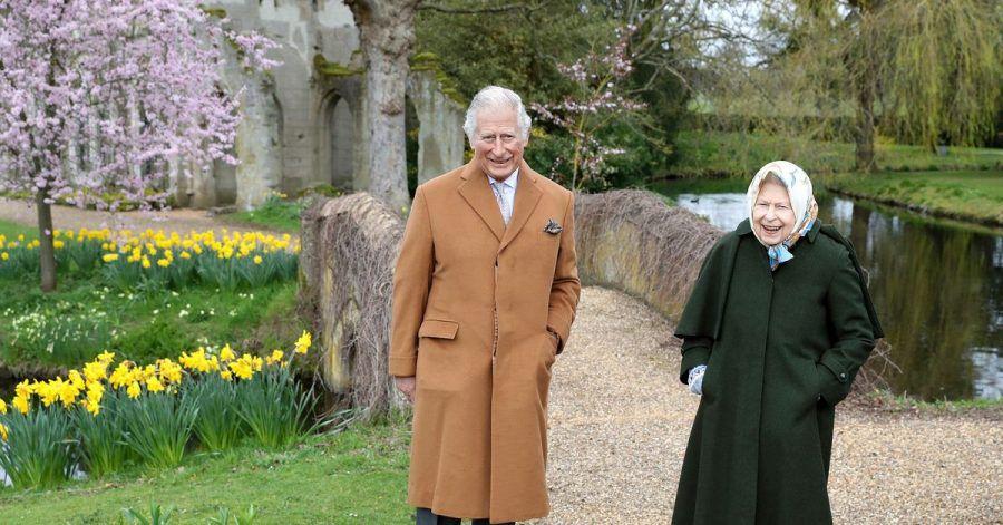 Königin Elisabeth II. und Prinz Charles im Garten von Frogmore House.