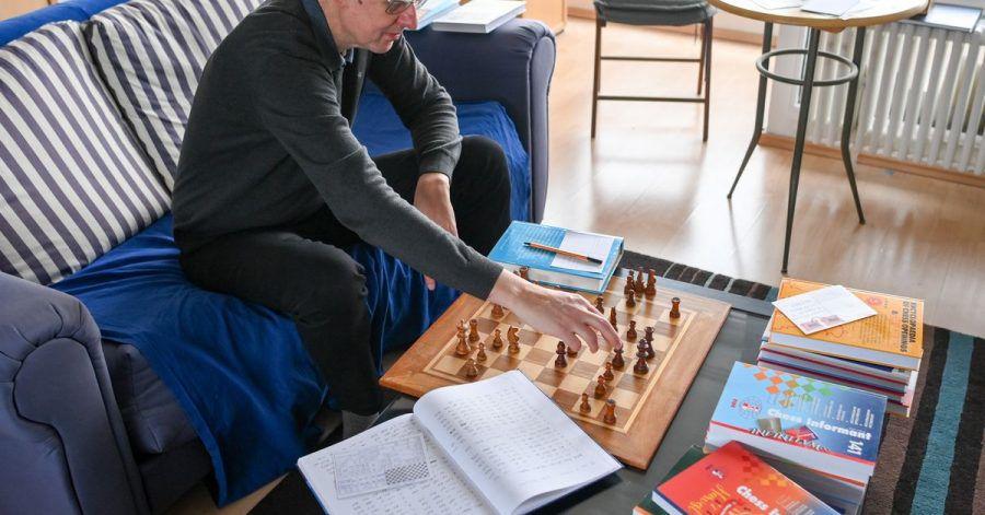 Schachspieler Ludger Heiermann in seiner Wohnung beim Fern-Schach.