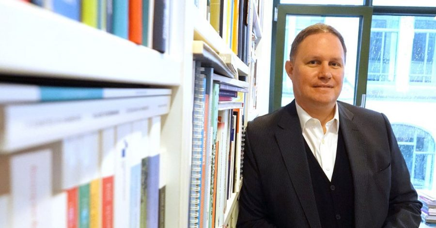 Der Präsident des Bühnenvereins, Hamburgs Kultursenator Carsten Brosda (SPD), in seinem Büro.