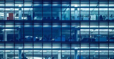 """Wie britische Wissenschaftler im Fachblatt """"PLOS ONE"""" berichten, ist in Großraumbüros für zufriedenes, produktives und teamorientiertes Arbeiten wichtig, was sich im eigenen Sichtfeld befindet."""