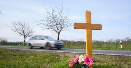 Ein Kreuz zum Gedenken an ein Opfer eines Verkehrsunfalls steht an einer Landstraße im Landkreis Hildesheim.