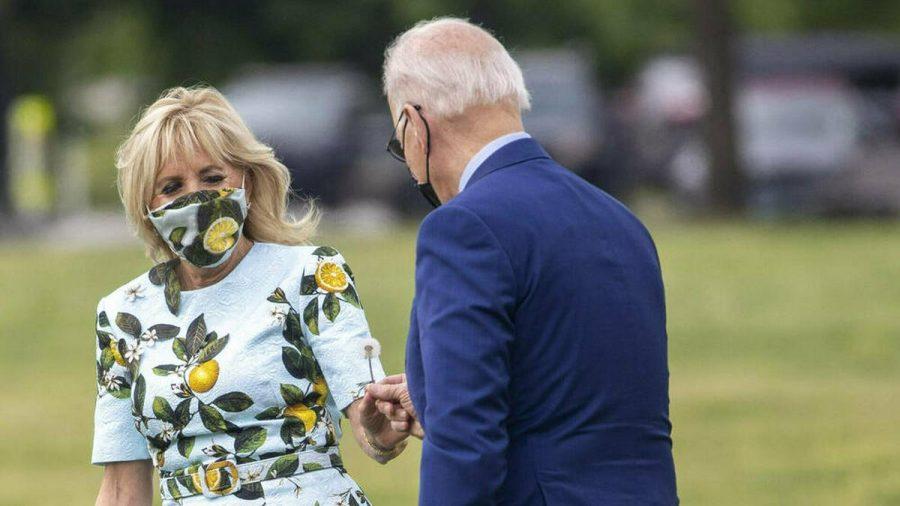 Joe Biden überrascht seine Frau Jill mit einer selbstgepflückten Blume. (dr/spot)