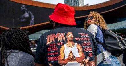 Fans, Familie und Kollegen haben dem Rapper DMX mit einer spektakulären Gedenkfeier Tribut gezollt.