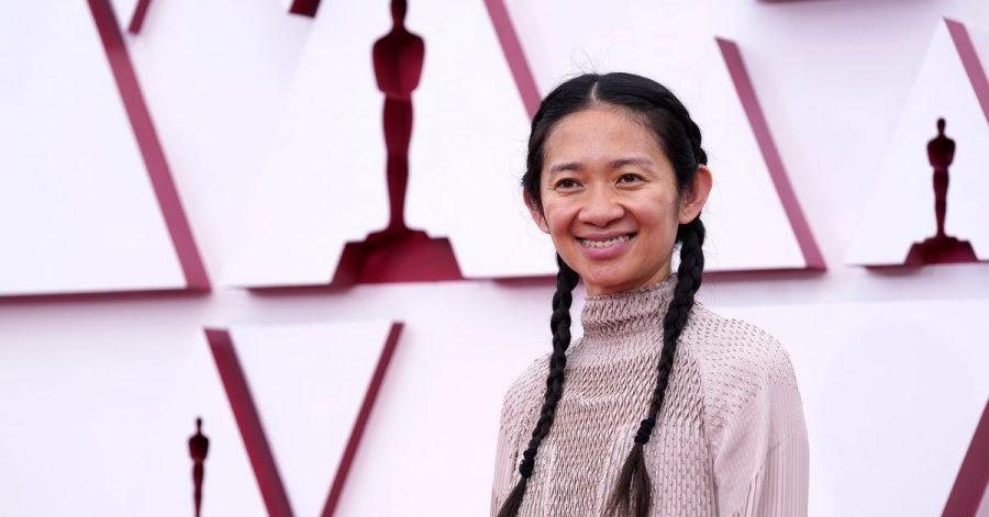 Regisseurin Chloé Zhao gewinnt den Oscar für die beste Regie.