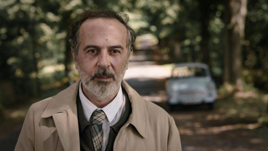 """""""Doktor Ballouz"""" (Merab Ninidze), der Arzt aus der Uckermark, stoppt an der Unfallstelle seiner Frau, dann passiert ein weiterer Unfall... (ili/spot)"""