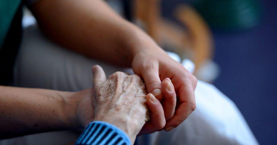 Wer alte, kranke oder behinderte Menschen pflegt, kann den Freibetrag erhalten, erklärt die Deutsche Rentenversicherung Bund. Das gilt auch für Übungsleiter, Ausbilder und Erzieher.