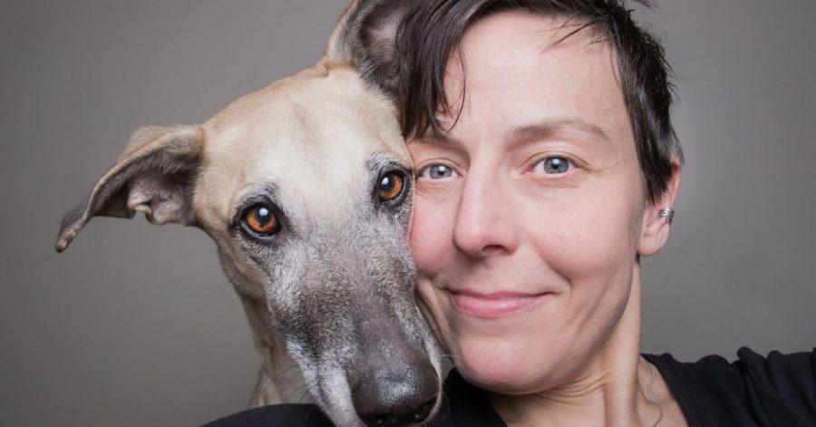 Kopf an Kopf mit Hundedame Scout. Ein entspanntes Selfie von Buchautorin und Tierfotografin Elke Vogelsang.