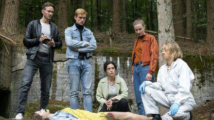 """Sie ermitteln im """"Tatort: Der Herr des Waldes"""" (v.l.): Leo Hölzer (Vladimir Burlakov), Adam Schürk (Daniel Sträßer), Esther Baumann (Brigitte Urhausen) und Pia Heinrich (Ines Marie Westernströer). (amw/spot)"""