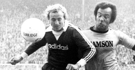 Dortmunds Stürmer Erwin Kostedde (r) im Zweikampf mit Bayern-Abwehrspieler Bernd Dürnberger(1976).