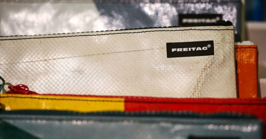 Geldbeutel der Schweizer Firma «Freitag»: Die Taschen und Accessoires werden aus gebrauchten Materialien wie Lkw-Planen herstellt.