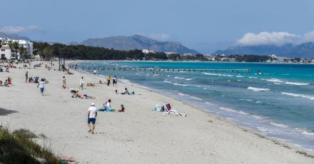 Auf Mallorca wie hier am Strand von Muro bleibt die Corona-Lage entspannt.