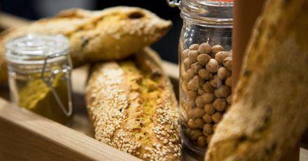Wer kein separates Rezept für Baguette aus Kichererbsenmehl hat, sollte höchstens 25 Prozent des herkömmlichen Weizenmehls im herkömmlichen Rezept durch das proteinreiche Kichererbsenmehl ersetzen.
