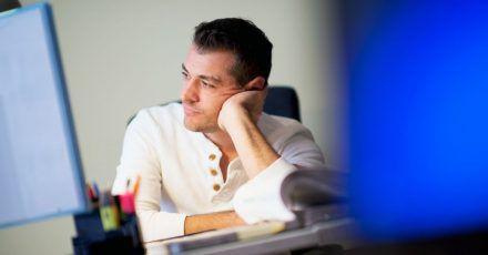 Sollen Vorgesetzte und das Team von einer chronischen Erkrankung wissen? Eine Entscheidung in dieser Frage fällt Beschäftigten oft schwer.
