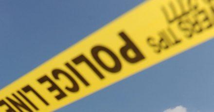 Die Polizei war kurz vor Mitternacht zu der Lagerhalle nahe dem Flughafen der Stadt gerufen worden.
