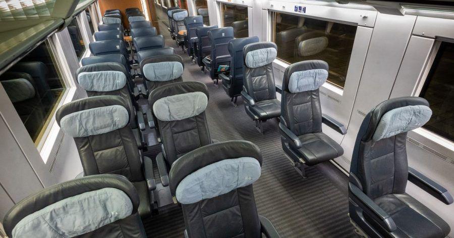 Nur leere Sitze sind abends in dem Großraumabteil eines ICE auf dem Weg von Berlin nach München zu sehen.