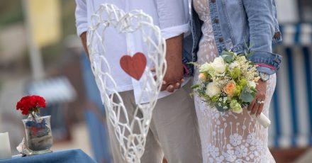 Vielen Heiratswilligen blieb im vergangenen Jahr nur eine Hochzeit draußen - wie hier am Strand von Juist. Insgesamt schlossen 373.000 Paare denBund fürs Leben.
