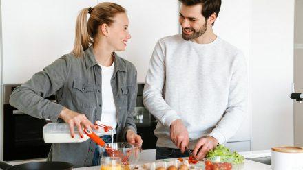 Eier und Gemüse übrig? Aus wenigen Zutaten entsteht ein leckeres Omelette. (sob/spot)