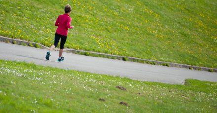 Mit zunehmendem Alter wird es immer wichtiger, den Körper vor dem Sport erst einmal auf Betriebstemperatur zu bringen. Das heißt: Dehnen und Aufwärmen.