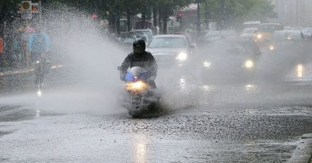 Land unter: Ein Wolkenbruch im Frühling kann auch Motorradfahrer überraschen - sie sollten dann nur unter extremer Vorsicht weiterfahren.