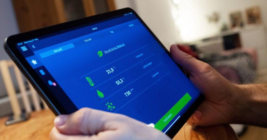 Alles unter Kontrolle: Über das Tablet können Bewohner die Luftqualität im Raum steuern.